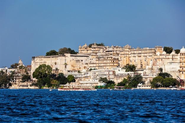Widok na pałac miejski z jeziora udaipur radżastan w indiach