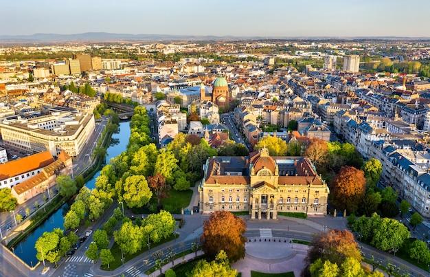 Widok na palais du rhin i kościół saint-pierre-le-jeune w strasburgu, francja