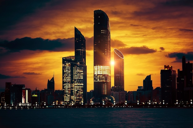 Widok na panoramę abu dhabi o zachodzie słońca, zjednoczone emiraty arabskie, specjalne przetwarzanie fotograficzne.