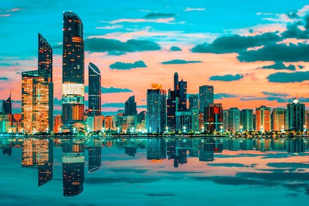 Widok na panoramę abu dhabi o zachodzie słońca, zjednoczone emiraty arabskie