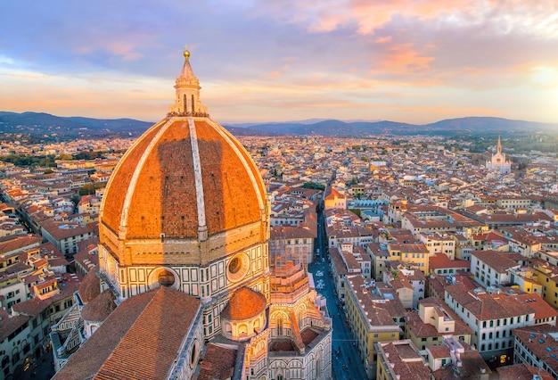 Widok na panoramę florencji z widoku z góry we włoszech