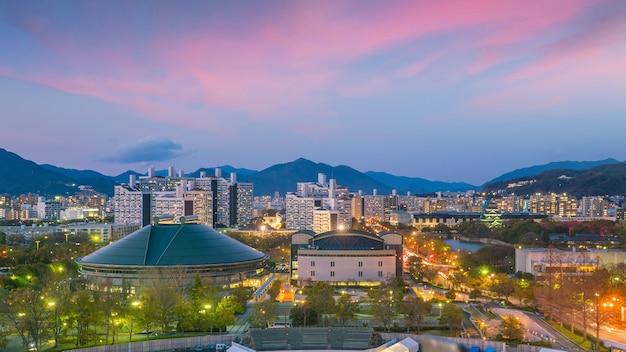Widok na panoramę hiroszimy. światowego dziedzictwa unesco w japonii