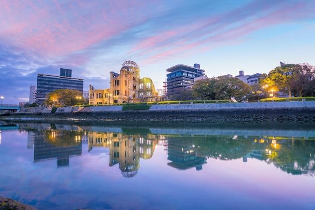 Widok na panoramę hiroszimy z kopułą bomby atomowej. światowego dziedzictwa unesco w japonii