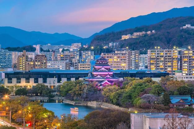 Widok na panoramę hiroszimy z zamkiem hiroszima w japonii