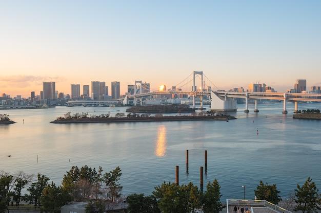Widok na panoramę miasta tokio z odaiba w tokio, japonia.