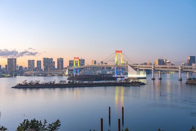 Widok na panoramę miasta tokyo bay w nocy w japonii.