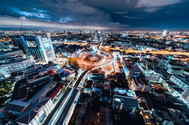 Widok na panoramę miasta transportu samochodowego na rondzie pomnik zwycięstwa w nocy