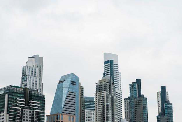 Widok na panoramę nowoczesnych budynków