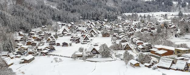Widok na panoramę ośnieżonej wioski shirakawago w zimie z punktu widzenia shiroyama
