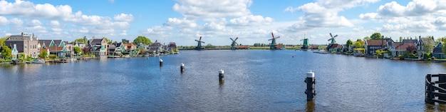 Widok na panoramę wiatraków w zaanse schans i mieście zaandijk w holandii