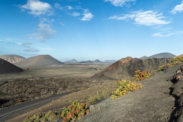 Widok na park naturalny timanfaya na fuerteventurze, wyspy kanaryjskie, hiszpania. krajobraz wulkaniczny.