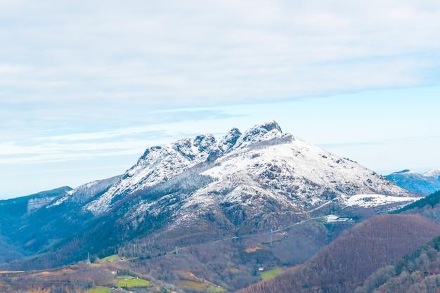 Widok na park przyrody oianleku w mieście oiartzun obok penas de aya, gipuzkoa. kraj basków