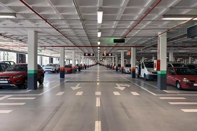 Widok na parking podziemny z zaparkowanymi samochodami