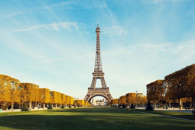 Widok na paryż i wieżę eiffla z błękitne niebo z chmurami jesienią w paryżu, francja.