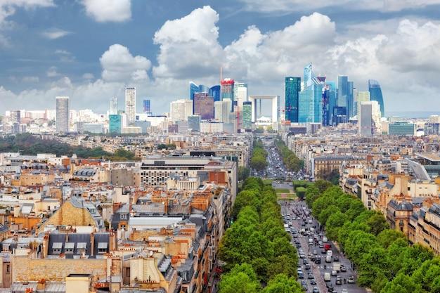 Widok na paryż z łuku triumfalnego. defans area.paryż. francja.
