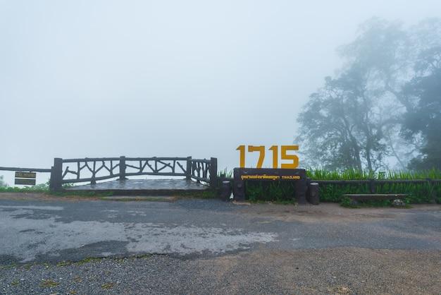 Widok na pasmo górskie i morze mgły rano