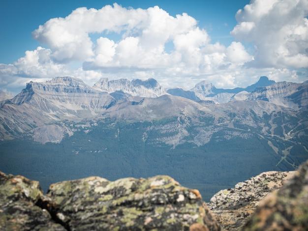 Widok na pasmo górskie na szczycie mount st. piran, park narodowy banff, alberta, kanada