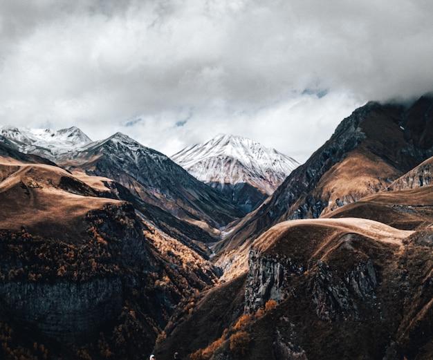 Widok na pasmo górskie pod zachmurzonym niebem