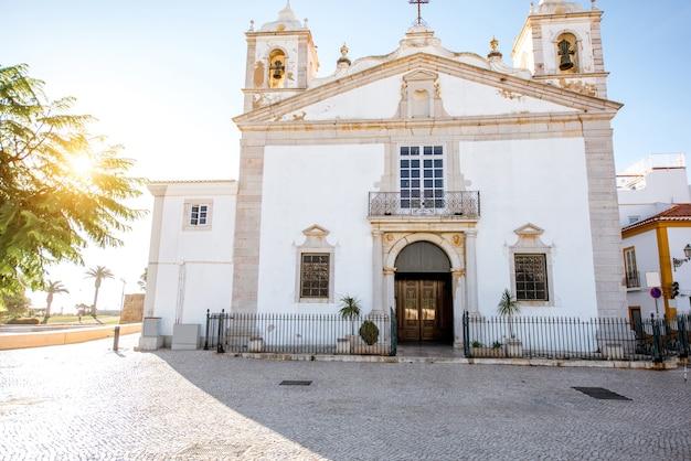 Widok na pejzaż na centrum starego miasta z kościołem santa maria w lagos na południu portugalii