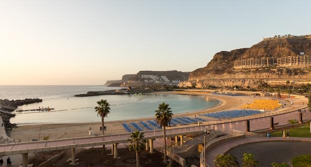 Widok na pełną plażę zatoki playa de amadores na wyspie gran canaria w hiszpanii.