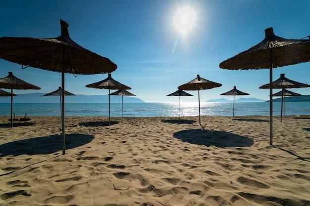 Widok na piaszczystą plażę z parasolami