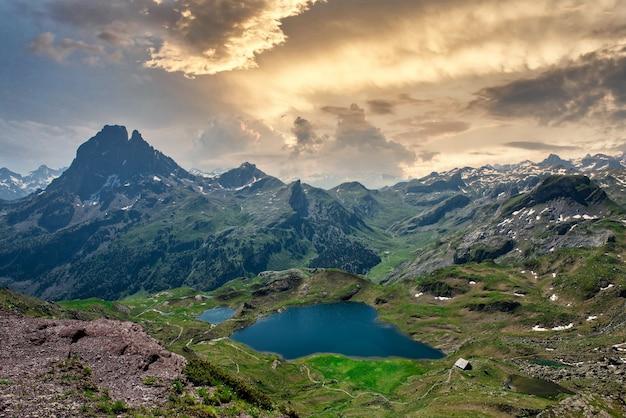 Widok na pic du midi ossau i jezioro ayous we francuskich pirenejach
