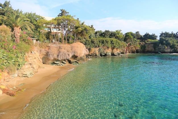 Widok na piękną dziką plażę. wyspa kreta, grecja, agia pelagia