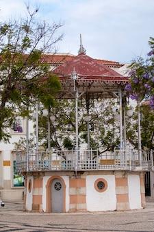 Widok na piękną estradę znajdującą się w ogrodzie manuel bivar w faro w portugalii.