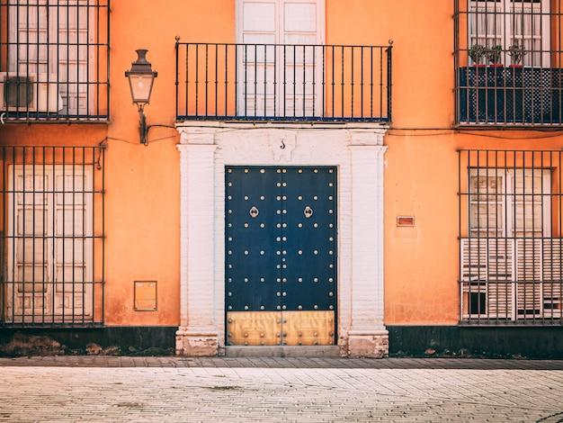 Widok na piękną fasadę domu i drzwi wejściowe