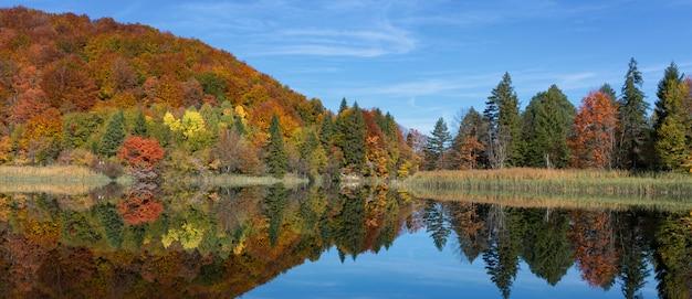 Widok na piękne jezioro w parku narodowym plitvice