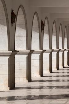 Widok na piękne łuki w mieście tavira, portugalia.