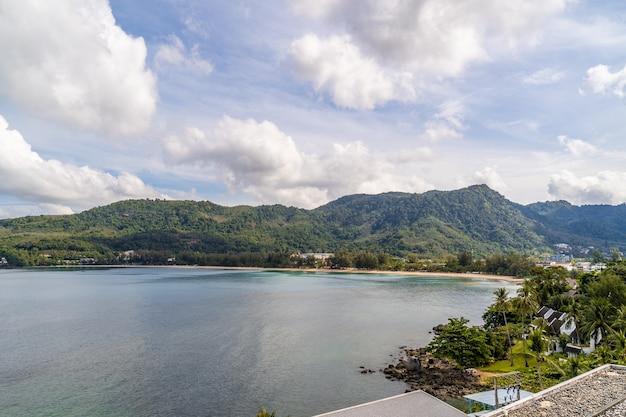 Widok na piękne morze andamańskie z puszystymi chmurami wihte w phuket, południowej tajlandii