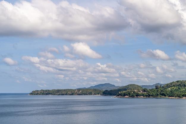 Widok na piękne morze andamańskie z puszystymi chmurami wihte w phuket, tajlandia