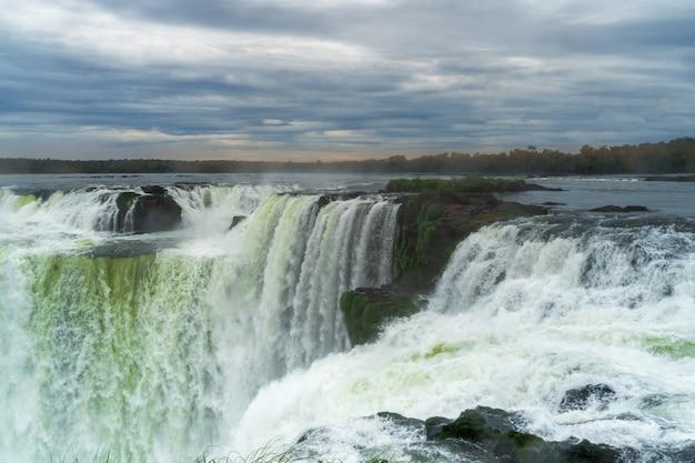 Widok na piękne wodospady iguazu w argentynie.