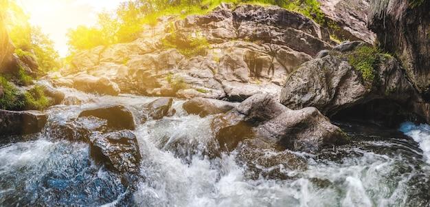 Widok na piękny górski wodospad odkrywający armenię