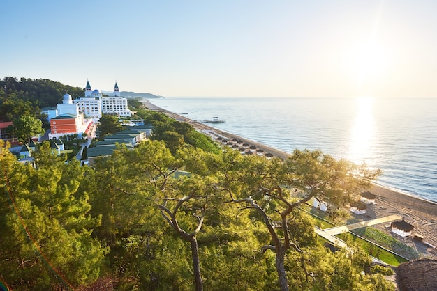 Widok na piękny luksusowy hotel. popularny letni kurort w turcji.