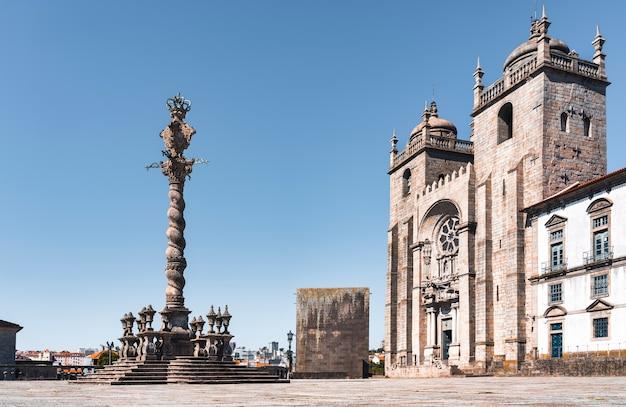Widok na plac i fasadę katedry w porto w portugalii