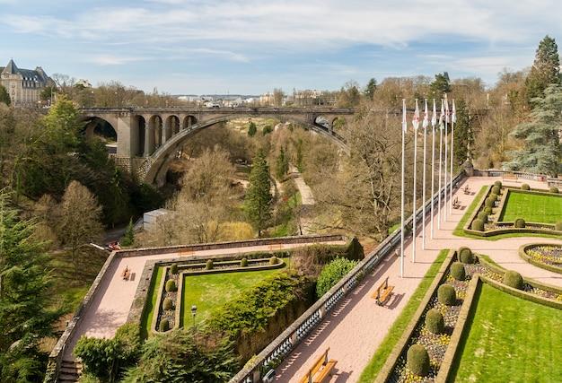 Widok na plac konstytucji i most adolphe w mieście luksemburg