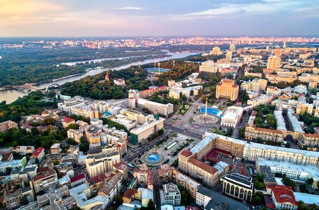 Widok na plac niepodległości - majdan nezalezhnosti i inne zabytki w centrum kijowa, ukraina