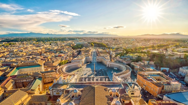 Widok na plac św. piotra i panoramę rzymu z kopuły bazyliki św. piotra w watykanie, włochy