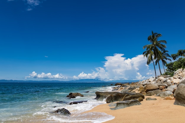 Widok na playa las animas w pobliżu puerto vallarte w meksyku