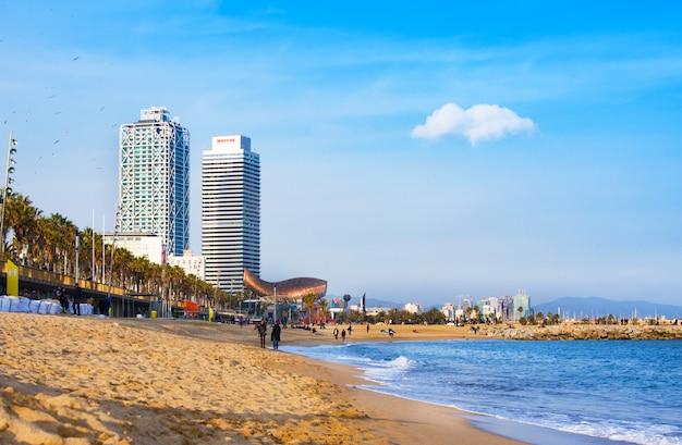 Widok na plażę barceloneta. jest najstarszy i najbardziej znany w mieście