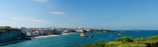 Widok na plażę biarritz, baskijski francuski miasto