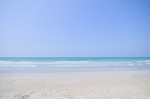 Widok na plażę, błękitne morze w ciągu dnia