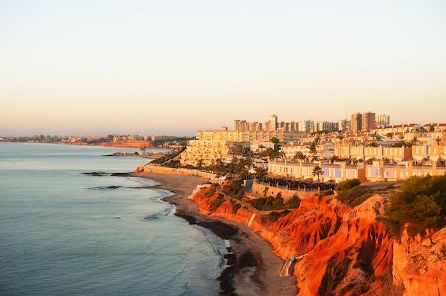 Widok na plażę cabo roig, orihuela costa, alicante, hiszpania.