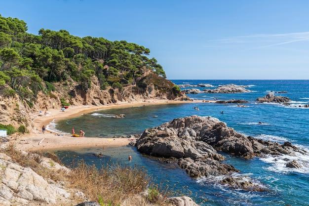 Widok na plażę estreta cove w calella de palafrugell, hiszpania.
