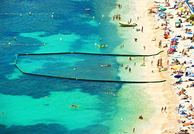 Widok na plażę i morze. śródziemnomorski krajobraz