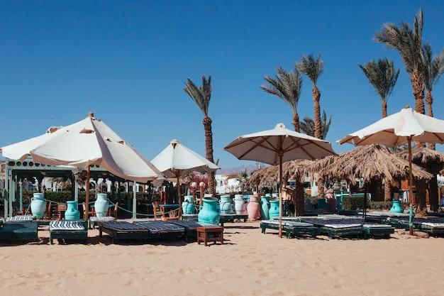 Widok na plażę i parasole egiptu