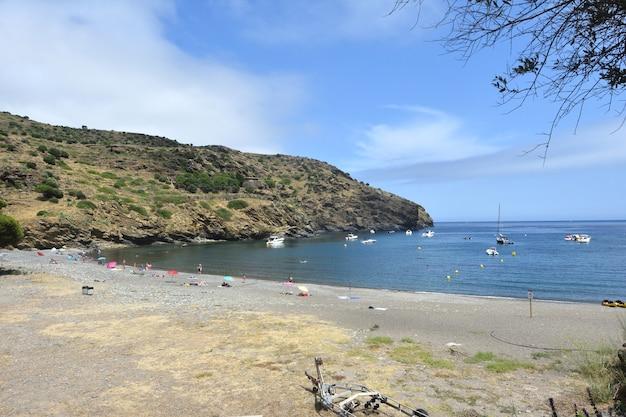 Widok na plażę joncols w alt emporda girona w prowincji katalonia hiszpania