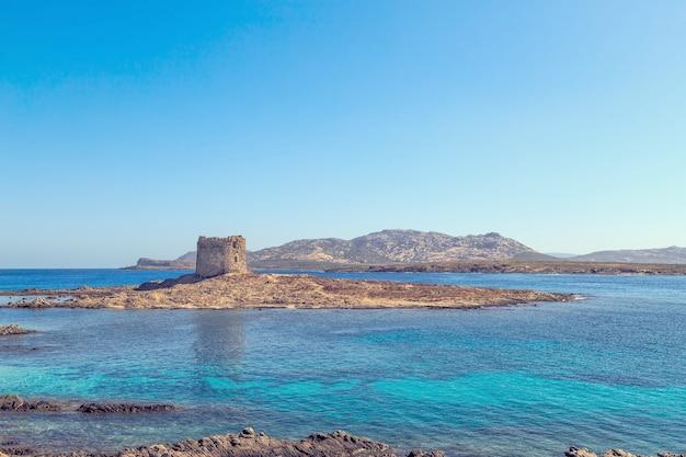 Widok na plażę la pelosa, jedną z najpiękniejszych plaż na sardynii we włoszech.